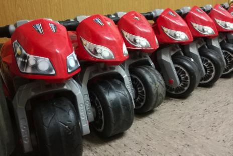 Donació de sis motos per al pati